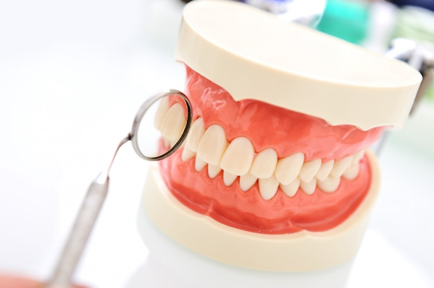 Sprawdzanie zębów przez dentystę, seria powiązanych zdjęć