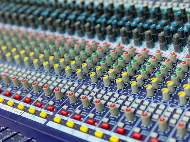 Sprawdzenie dźwięku na koncert. sterowanie mikserem