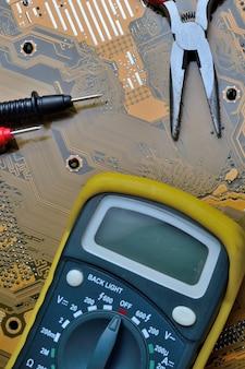 Sprawdzenie płyty głównej komputera pod kątem problemów za pomocą multimetru.