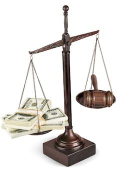 Sprawiedliwość wagi z pieniędzmi i drewniany młotek z pieniędzmi na stole. koncepcja sprawiedliwości