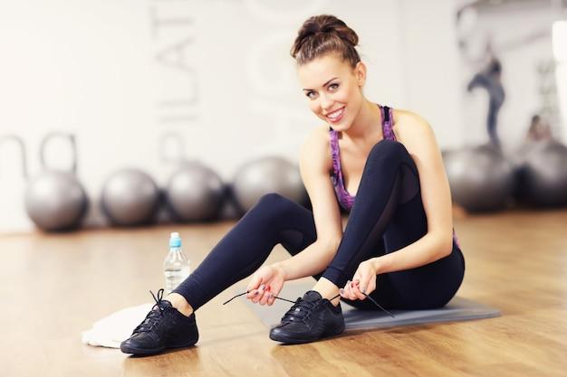 Sprawna kobieta przygotowuje się do aerobiku