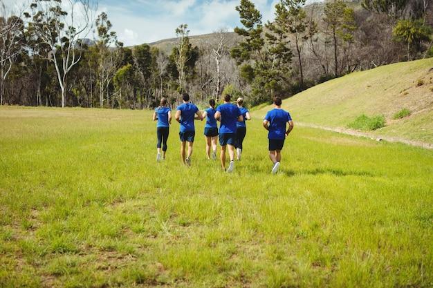 Sprawni ludzie biegający na obozie