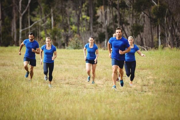 Sprawni ludzie biegający