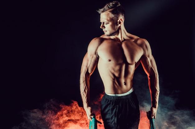 Sprawność fizyczna mężczyzna ćwiczy z rozciąganie zespołem.