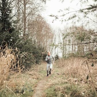 Sprawność fizyczna młodego człowieka bieg na lasowym śladzie