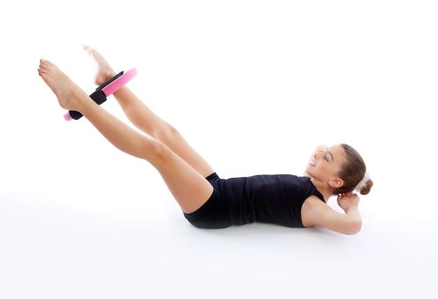Sprawność fizyczna pilates joga pierścionku dzieciaka dziewczyny ćwiczenia trening