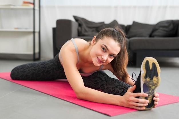 Sprawności fizycznej dziewczyna robi ćwiczeniu