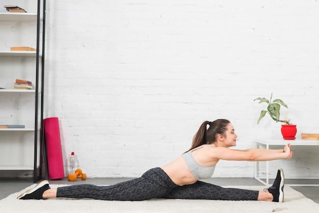 Sprawności fizycznej dziewczyny ćwiczy joga