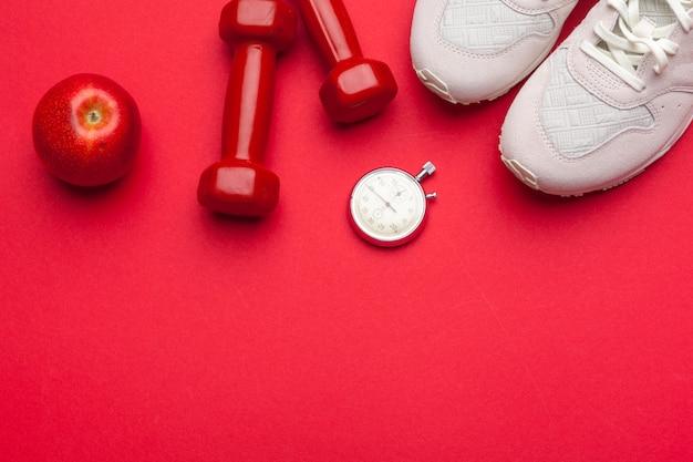 Sprawności fizycznej gym wyposażenie na czerwonego koloru tle
