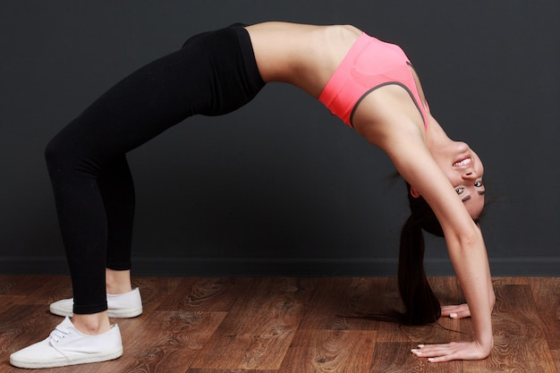 Sprawności fizycznej kobieta robi ćwiczenie mostowi