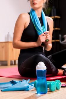 Sprawności fizycznej kobieta robi ćwiczeniu w domu