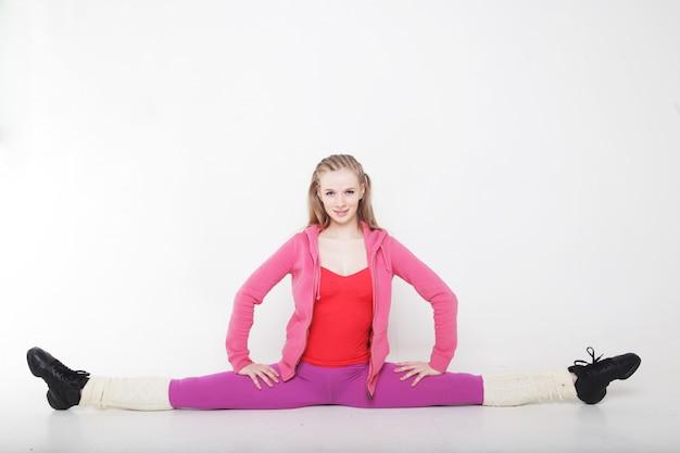 Sprawności fizycznej kobieta robi rozciągania ćwiczeniu