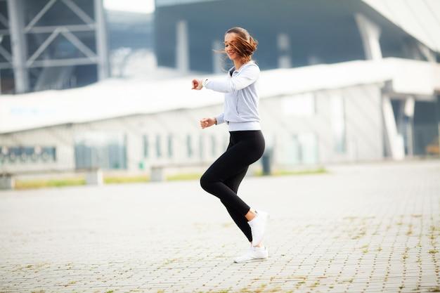 Sprawności fizycznej kobieta robi trening pozyci w stadium