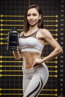 Sprawności fizycznej kobiety woda pitna przy treningiem w gym