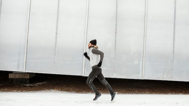 Sprawny człowiek biegający sam na zewnątrz pełny strzał