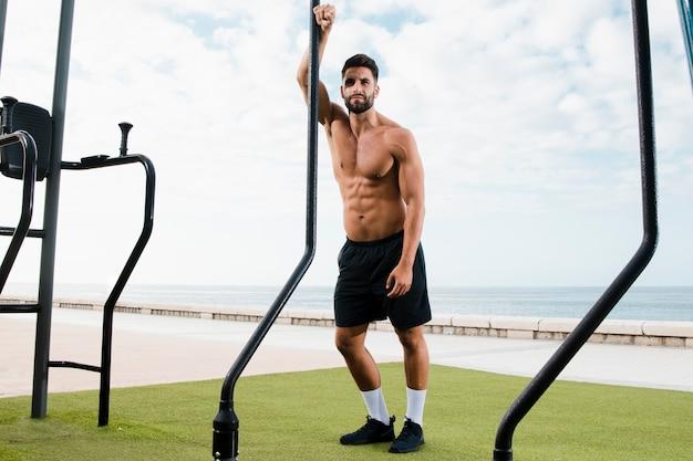Sprawny człowiek stojący po zestawie ćwiczeń