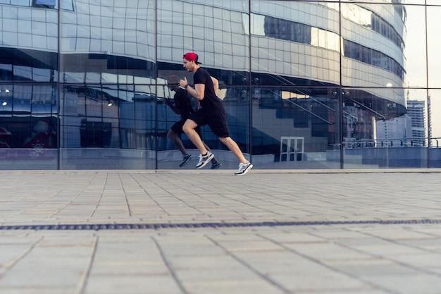 Sprawny sportowiec biegający na świeżym powietrzu, aby zachować zdrowie. sportowy młody człowiek działa