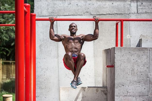 Sprawny sportowiec wykonujący ćwiczenia na stadionie