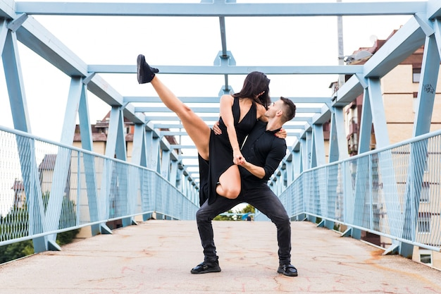 Sprawny tancerz wykonuje na moscie
