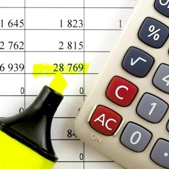 Sprawozdania finansowe. kalkulator, marker zakreślacza na sprawozdaniach finansowych.