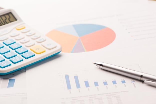 Sprawozdania finansowe. wykres biznesowy. skoncentruj się na piórze. mała głębia ostrości. zbliżenie.
