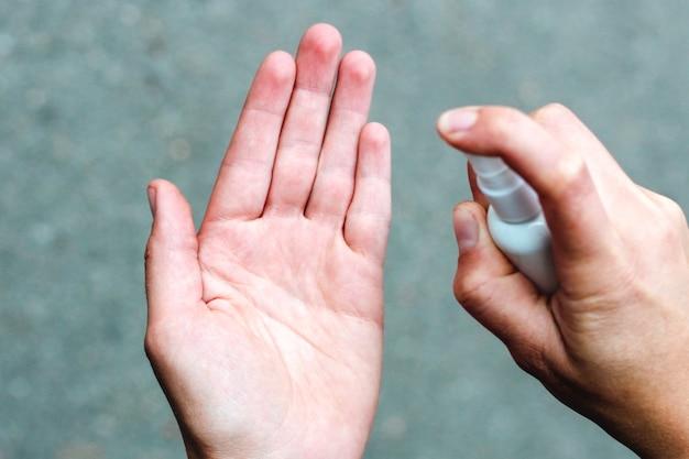 Spray do dezynfekcji rąk na bakterie i wirusy. higiena dłoni