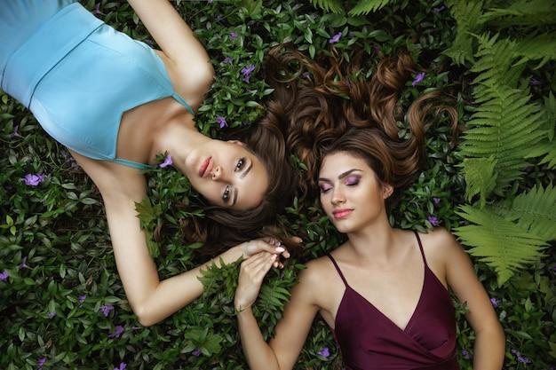Spring beauty portrait zdjęcie dwóch kobiet w naturze