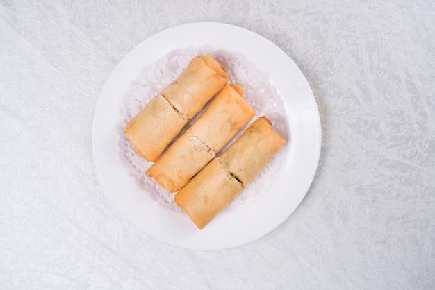 Spring roll znany również jako egg roll na białym tle.