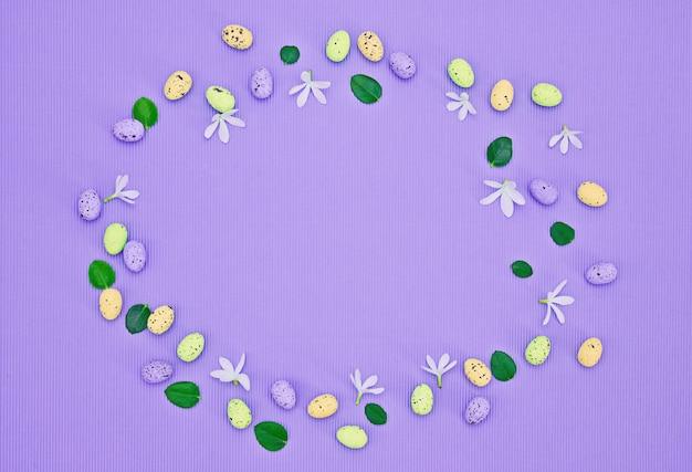 Springtime kwiatowy skład ramki na fioletowym tle