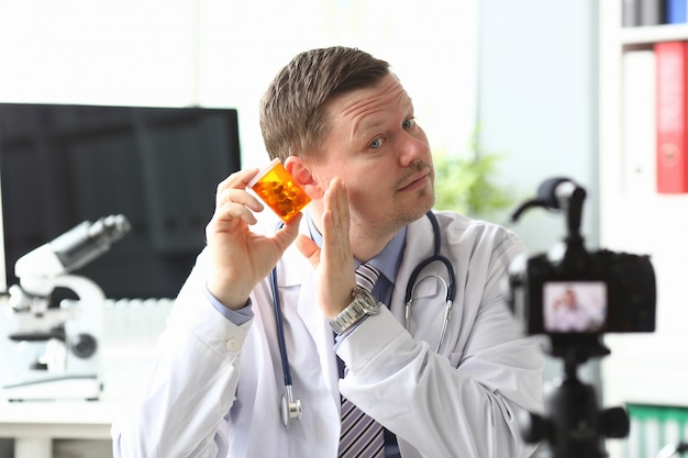 Sprytny skoncentrowany lekarz