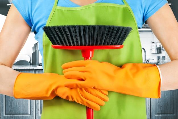 Sprzątaczka z miotłą pracuje