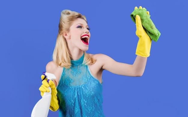 Sprzątanie, czystość w domu, koncepcja obsługi. szczęśliwa dziewczyna z czyszczenia szmatką i detergentem.