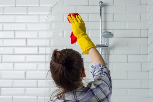 Sprzątanie domu. kobieta czyści łazienkę w domu.