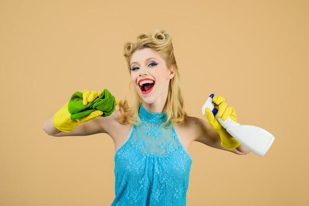 Sprzątanie dziewczyna sprzątanie szmatką i sprayem do czyszczenia butelek narzędzia do czyszczenia piękna kobieta