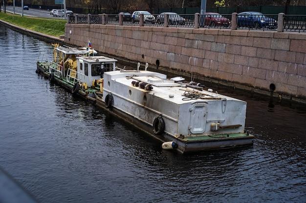 Sprzątanie łodzią z rzek i kanałów sankt petersburg