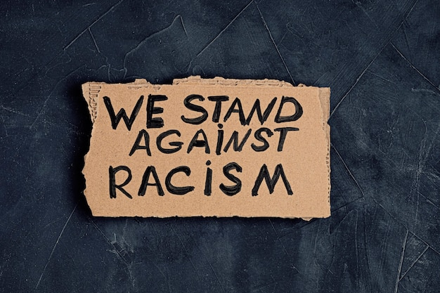 Sprzeciwiamy się rasizmowi tekstowi na tekturze na ciemnym tle