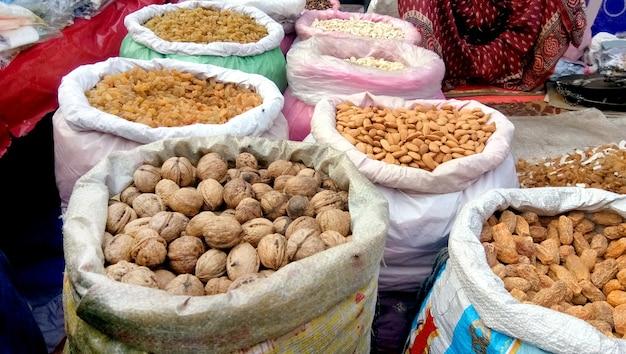 Sprzedawanie suszonych owoców na targu ulicznym w old delhi w indiach