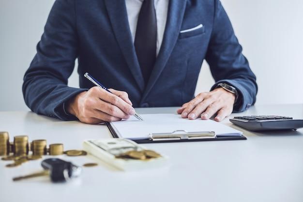 Sprzedawca analizuje koszt zakupu nowego samochodu i dokumentu ubezpieczenia, pisanie podpisu na con