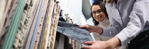 Sprzedawca demonstruje próbki tkanin klientowi do wyboru koncepcji próbek tekstyliów
