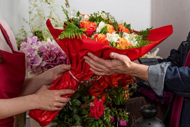 Sprzedawca kwiatów. biznes florystyczny. układ bukietów.