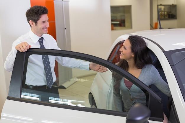 Sprzedawca mówi ze szczęśliwym klientem