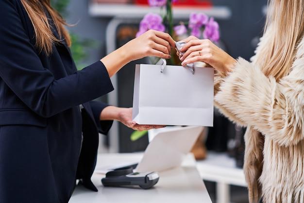 Sprzedawca obsługujący klienta w sklepie customer