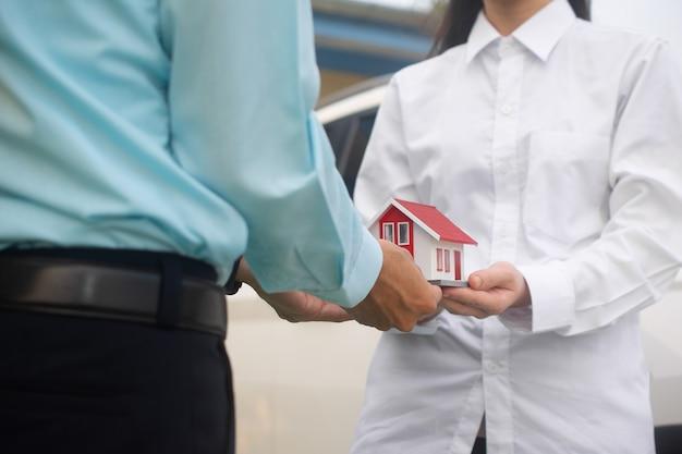 Sprzedawca oddający dom klientowi
