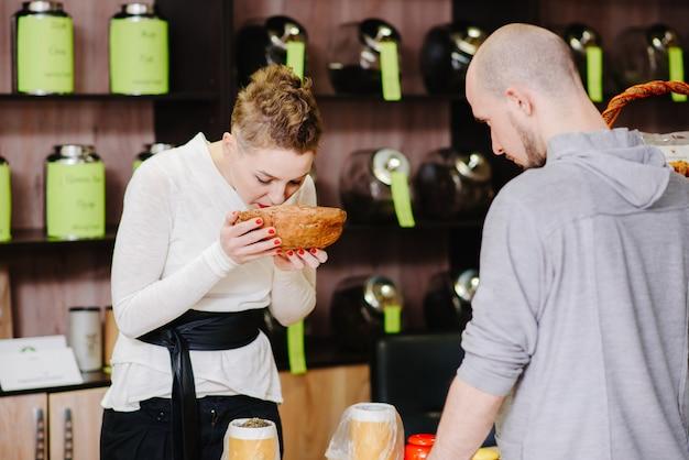Sprzedawca oferuje klientowi zapach herbaty