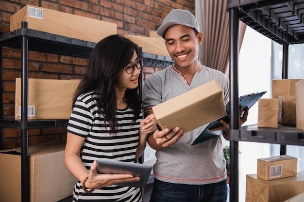 Sprzedawca online pracuje razem z tabletem
