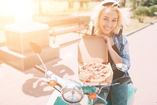Sprzedawca pizzy z pudełkami po pizzy