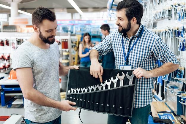 Sprzedawca pokazuje klientowi zestaw kluczy