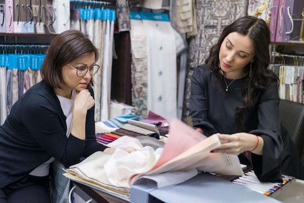 Sprzedawca - projektant tekstylny doradza kupującemu
