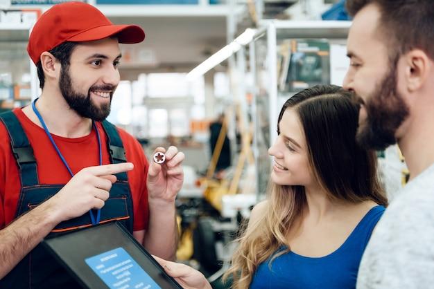 Sprzedawca przycina klientom to, czego chcą