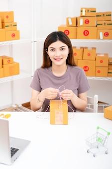 Sprzedawca przygotowuje skrzynkę dostawy dla klienta
